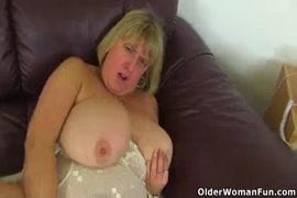 Bbw milf plays with her creamy cunt.